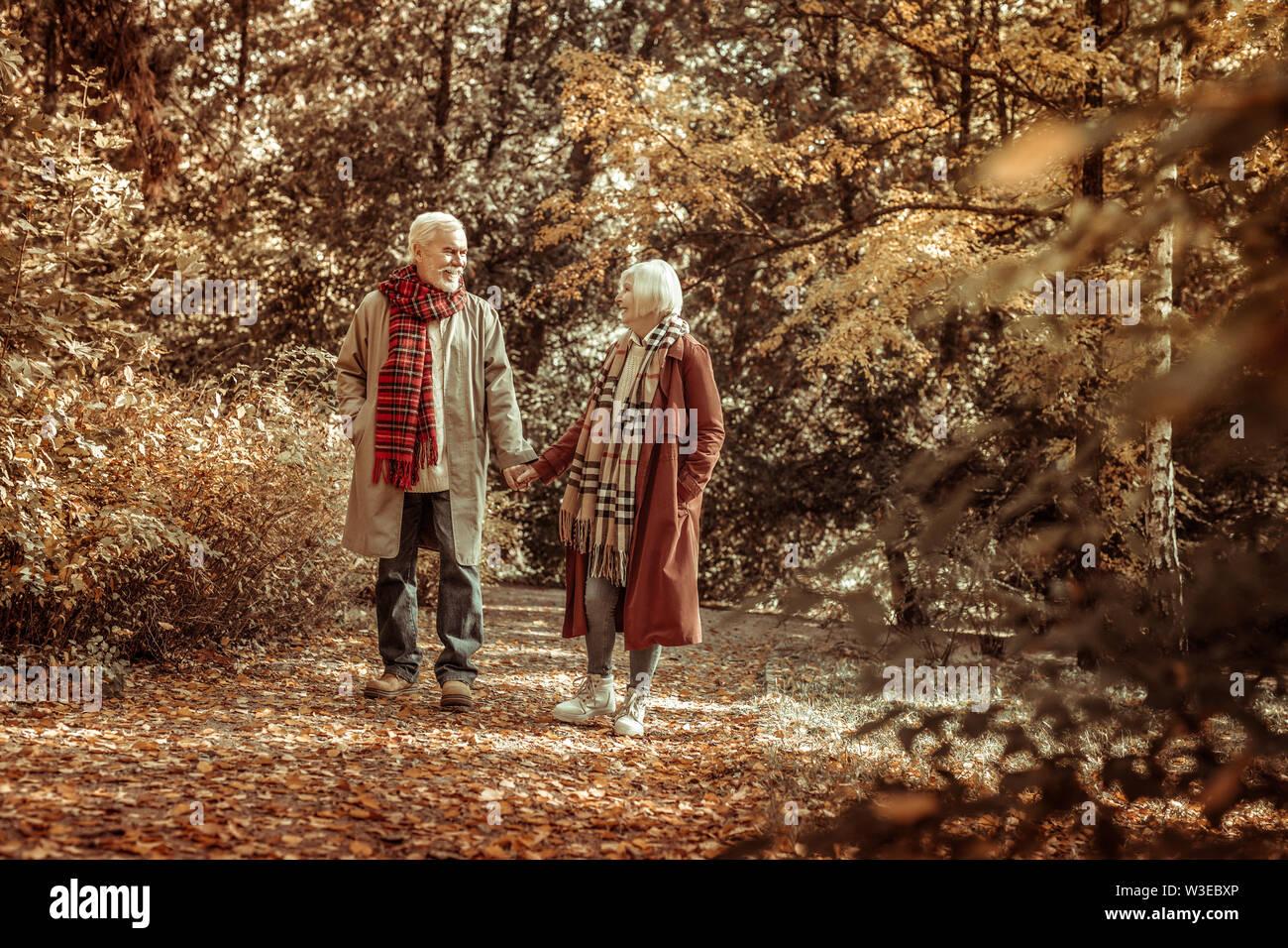 Senior woman et homme marchant ensemble dans un parc. Photo Stock