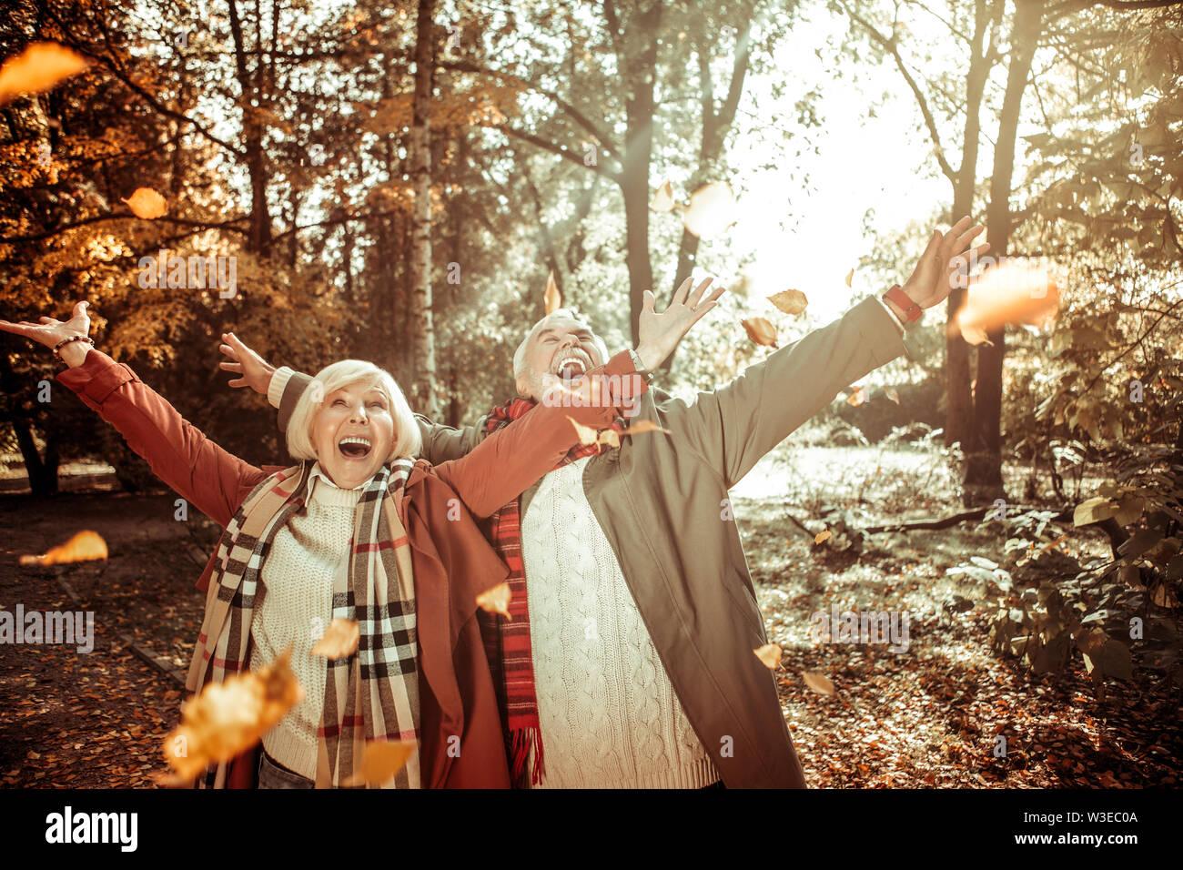 Cheerful couple marié d'être excité à l'automne. Photo Stock