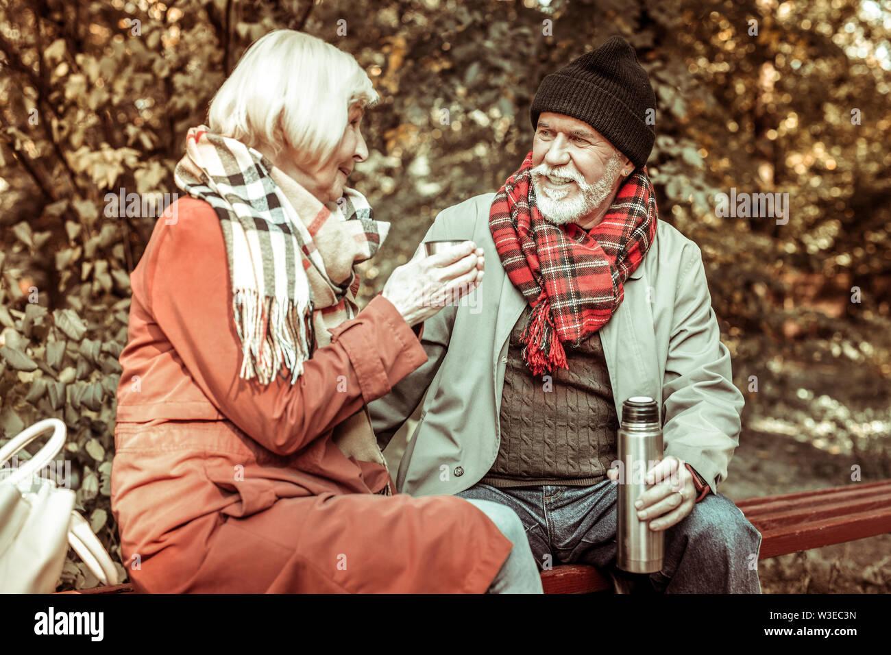 Senior couple drinking tea dans le parc. Photo Stock