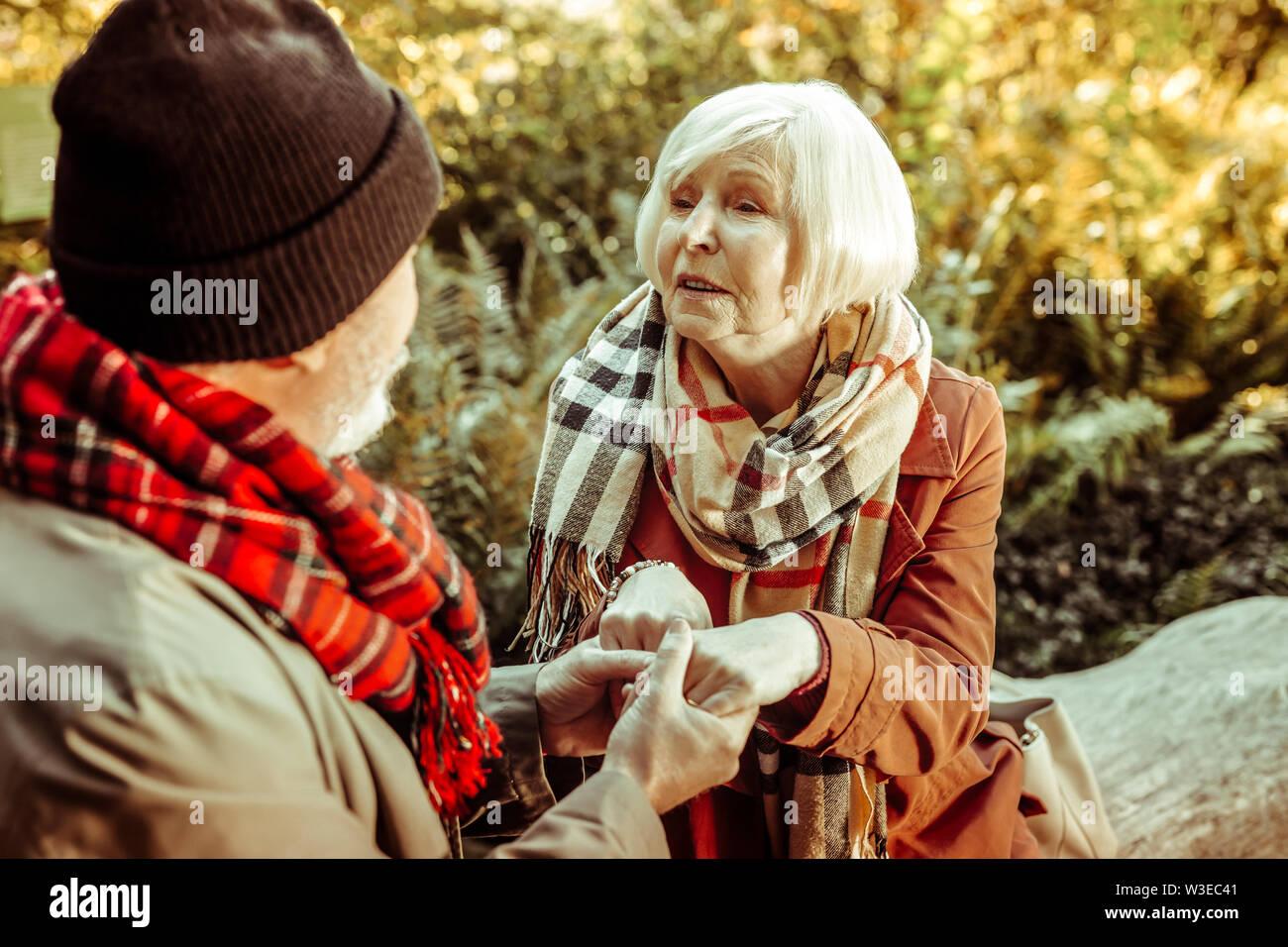 Married Couple holding hands à l'autre dans les yeux. Photo Stock
