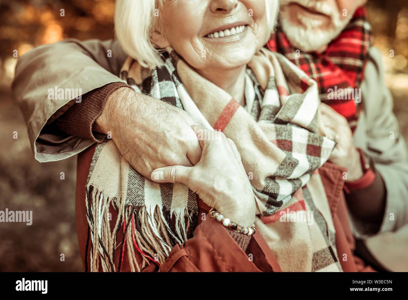 Couple mariés âgés et tenir la main. Photo Stock