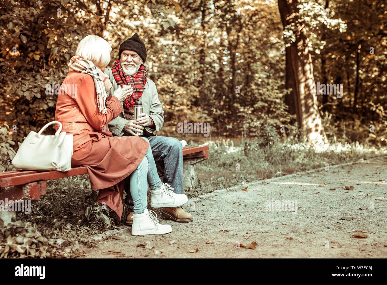 Heureux couple marié à parler dans le parc. Photo Stock