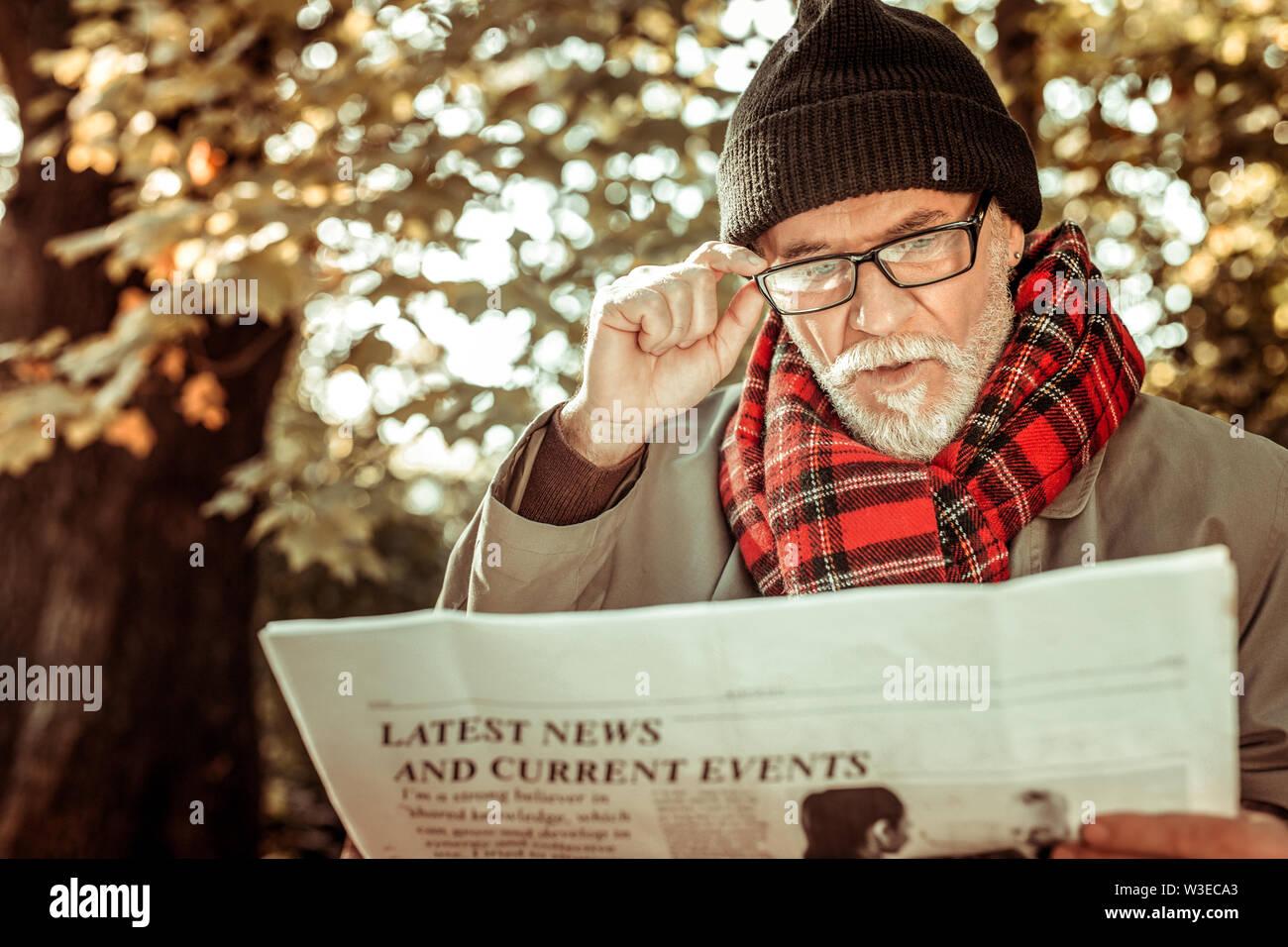 L'homme est concentré sur les dernières nouvelles d'informer lui-même. Photo Stock