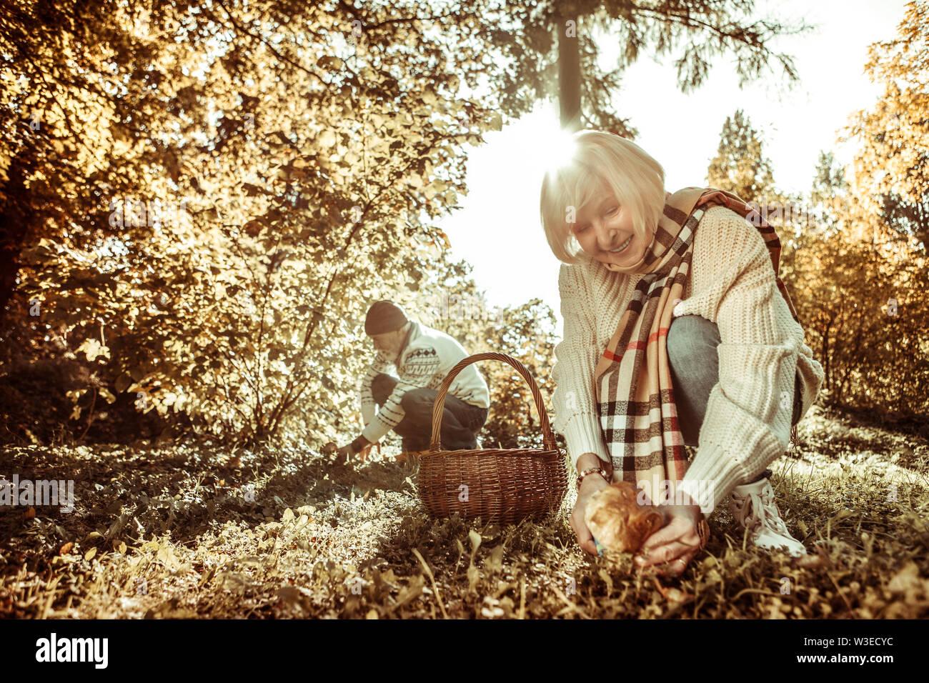 Hauts femme est heureux de trouver un champignon. Photo Stock