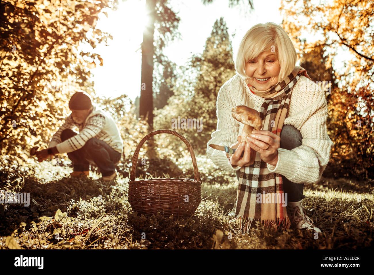 Happy woman holding un champignon en face de son mari. Photo Stock