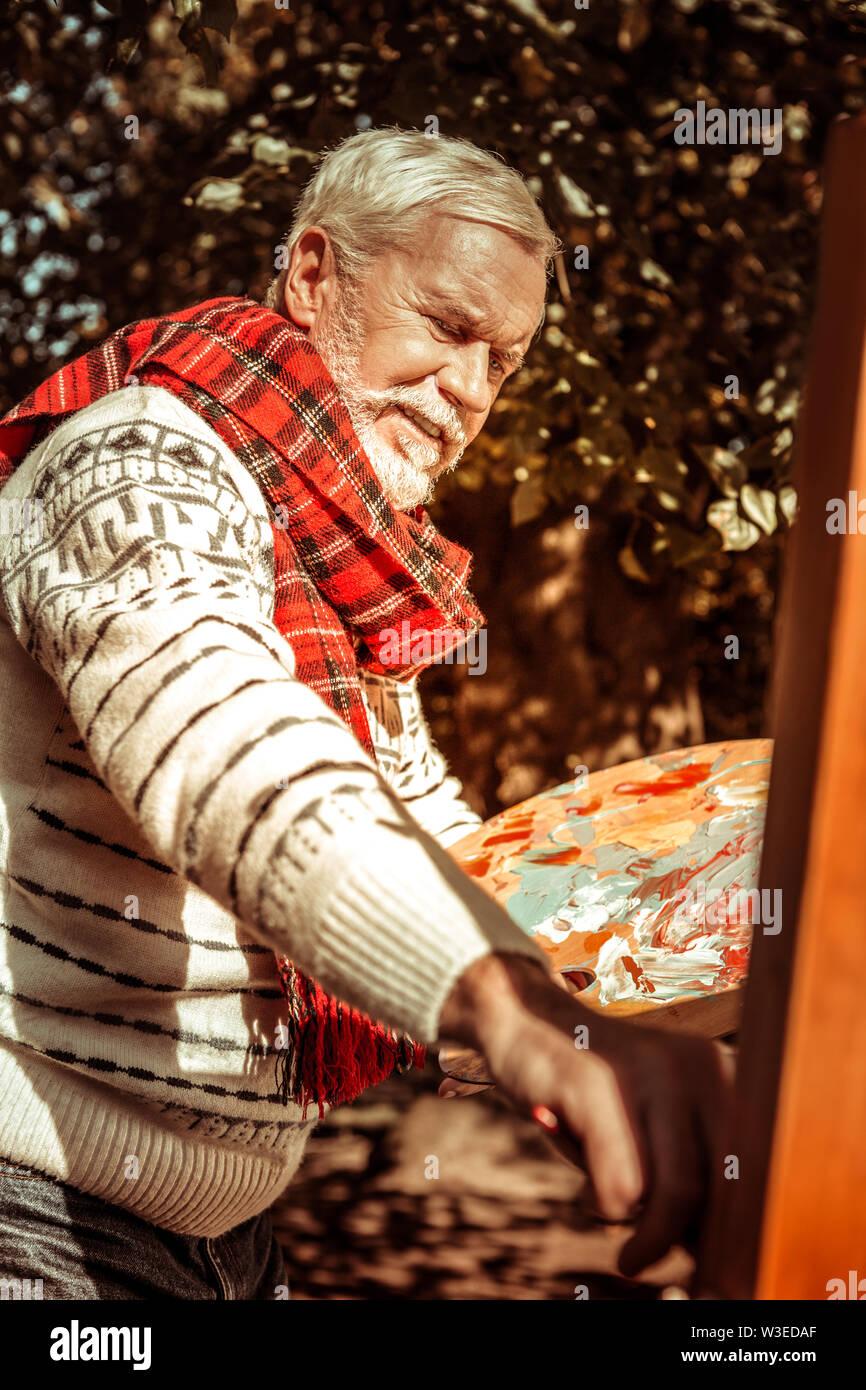 Peintre de plein air à travailler sur sa nouvelle photo. Photo Stock