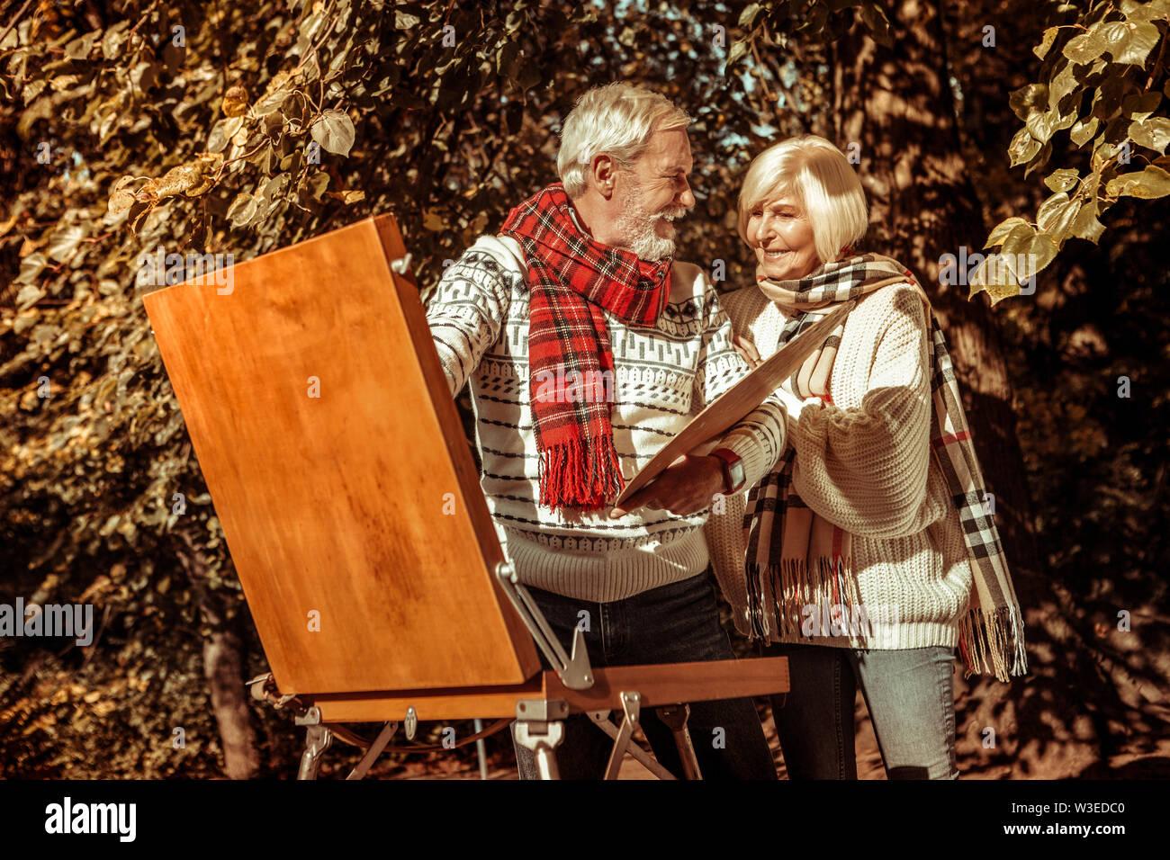 Mari et femme à la recherche de la belle image. Photo Stock