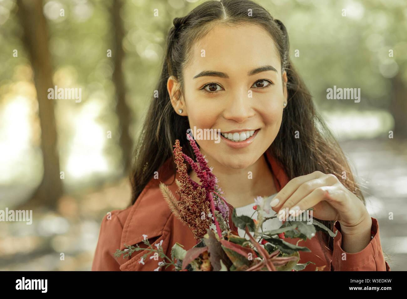 Transmission de dark-haired dame montrant sourire brillant dans l'exercice Photo Stock