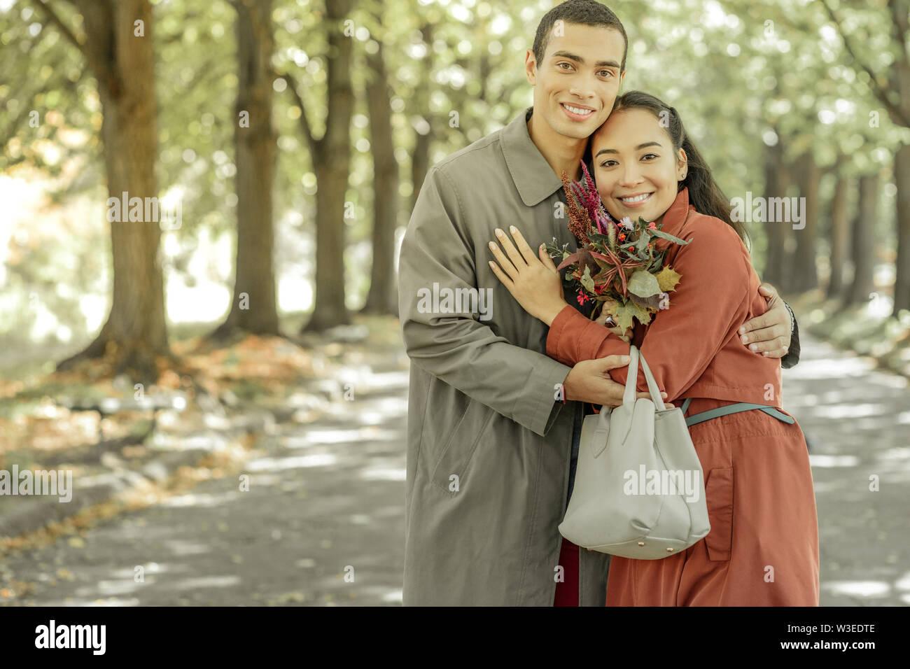 Sweet beau couple hugging étroitement les uns les autres Photo Stock