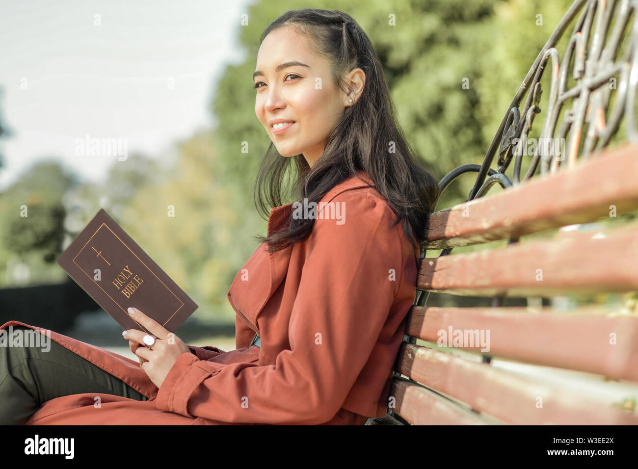 Jolie fille aux cheveux long passe son temps libre dans le parc Photo Stock