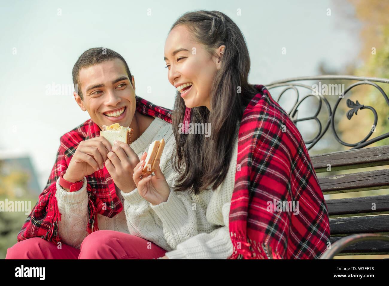 Bon joyeux-à manger quelques sandwichs fraîchement préparés sur un banc Photo Stock