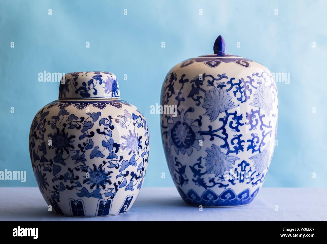 Nature morte avec deux gingembre en céramique bleu et blanc bols isolé sur bleu - vue latérale avec un focus sélectif Banque D'Images