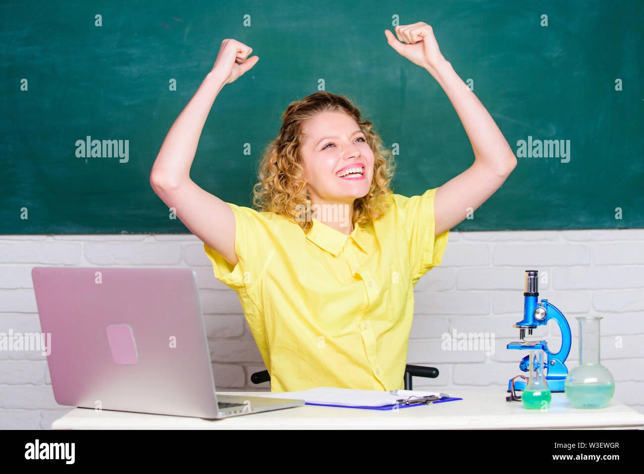 Présenter une demande de subvention et de bourses d'étudiants talentueux. Fille étudiante avec ordinateur portable et microscope. Commencez propre projet de recherche. Programme éducatif pour jeunes surdoués. Étudiant d'université ou maître d'école. Photo Stock