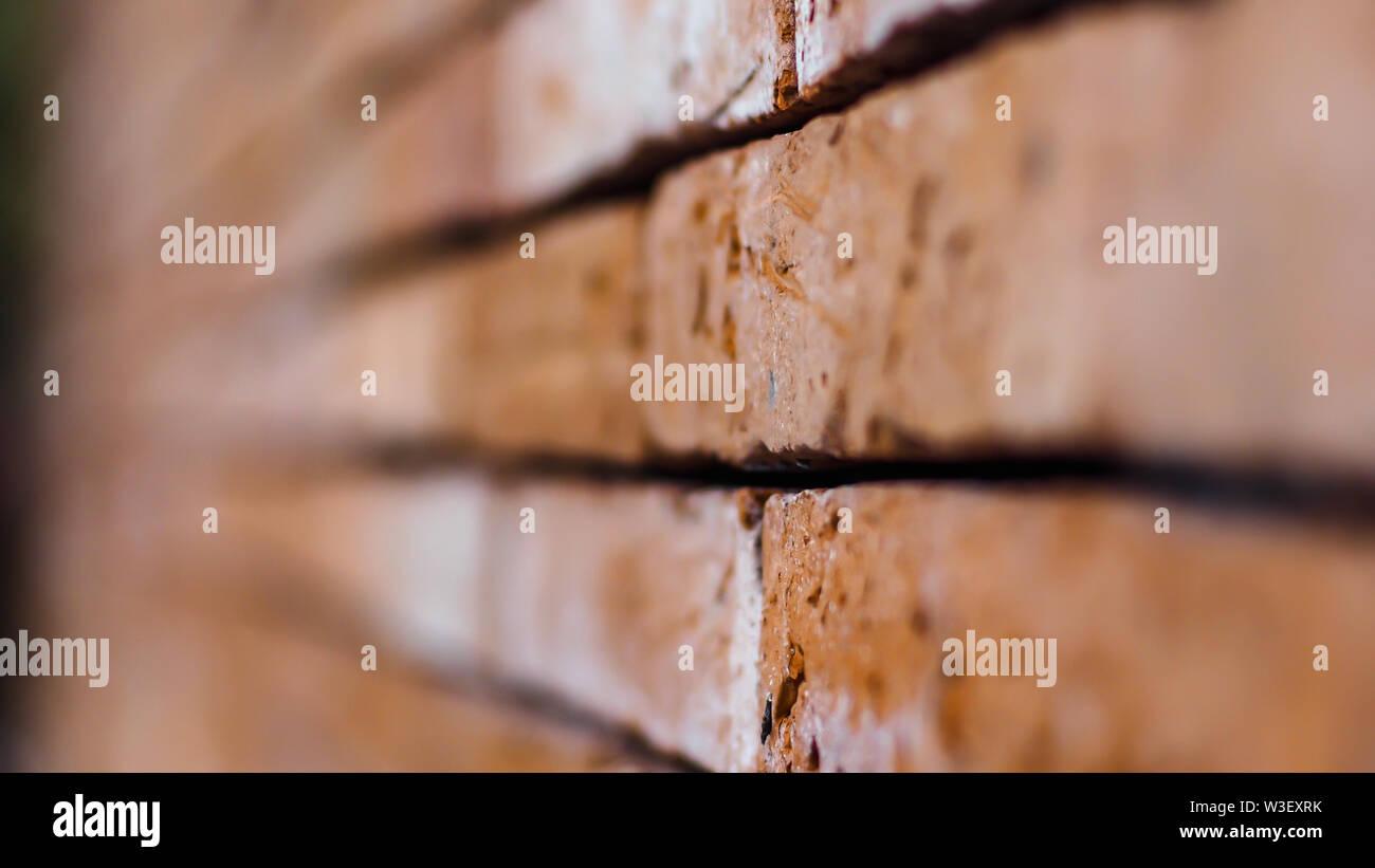 Close up of mur de brique rouge se terminant dans l'infini avec shallow DOF. La texture de vieux concept background Photo Stock