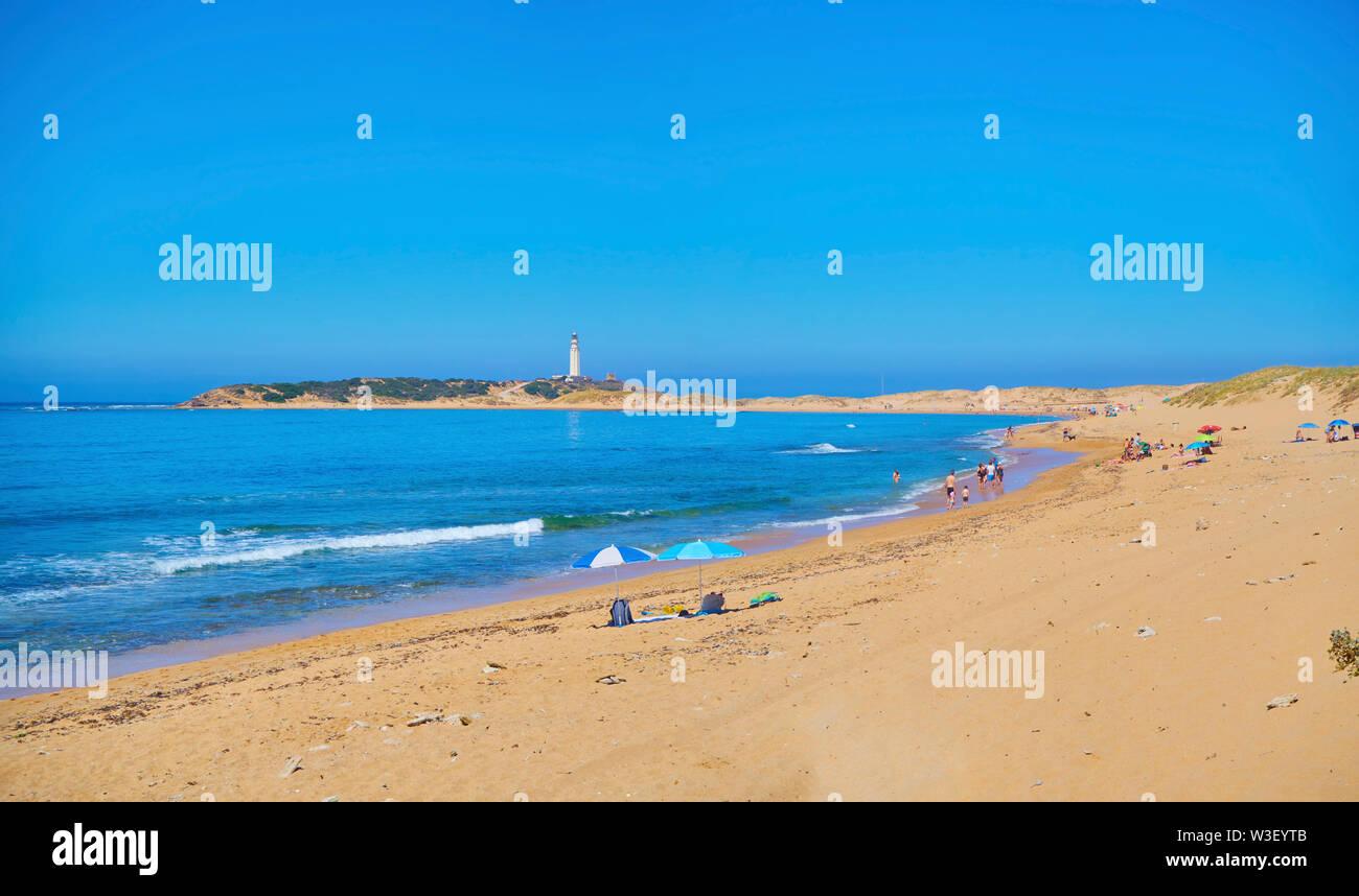 Vue panoramique de l'anse de Varadero, Marisucia plage avec le phare de Trafalgar à l'arrière-plan. Los Caños de Meca, Barbate, Cadix, Espagne. Banque D'Images