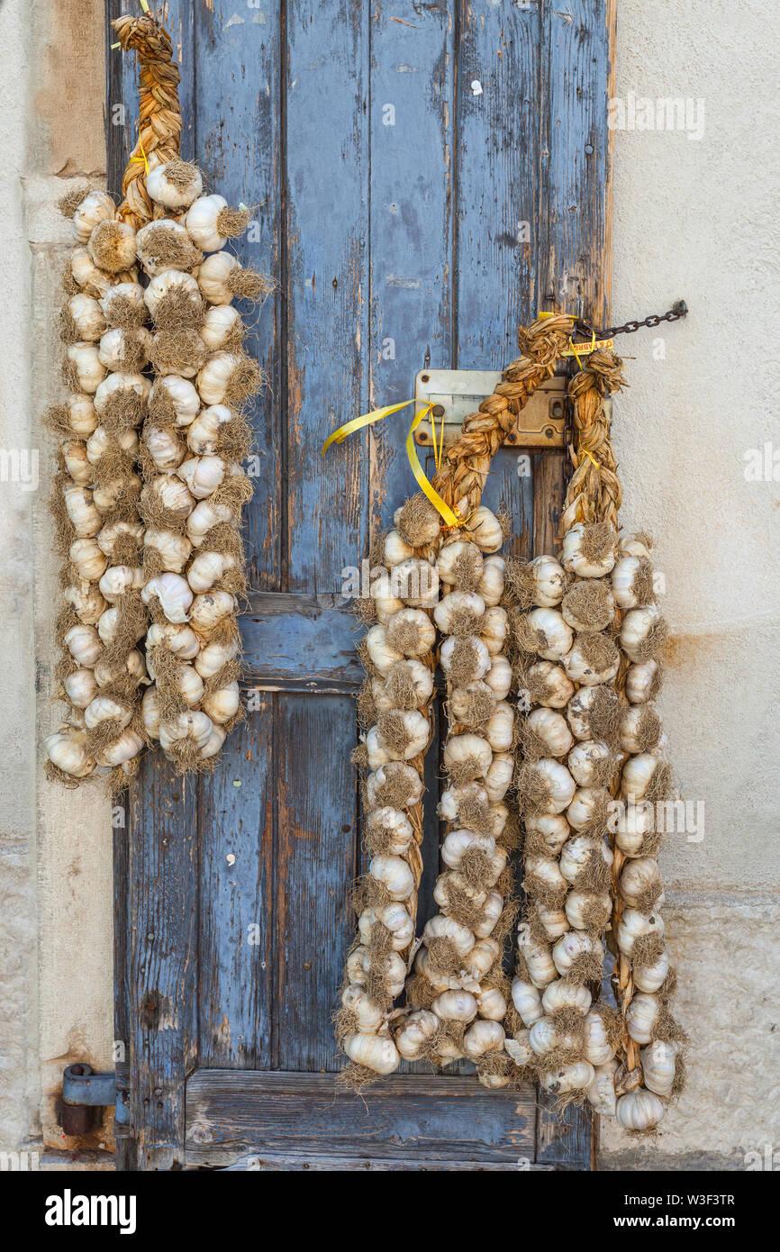 Deux de tresse d'ail rouge de Sulmona, le régime alimentaire méditerranéen Photo Stock