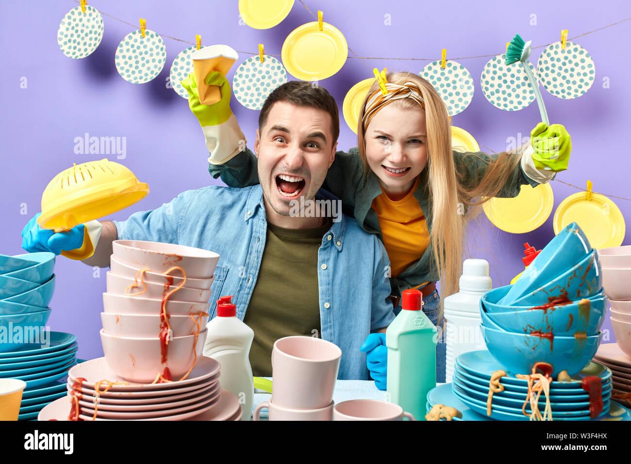 La famille fou heureux de travailler ensemble. d'équipe concept, bonne humeur pour le lavage, les tâches domestiques, folie Photo Stock