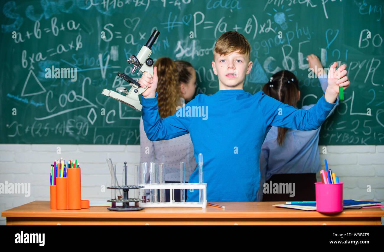Les enfants étudier la biologie et la chimie à l'école. L'éducation scolaire. Propres recherches. Découverte de molécules biologiques. Avenir de la technologie et de la science concept. Boy h Photo Stock
