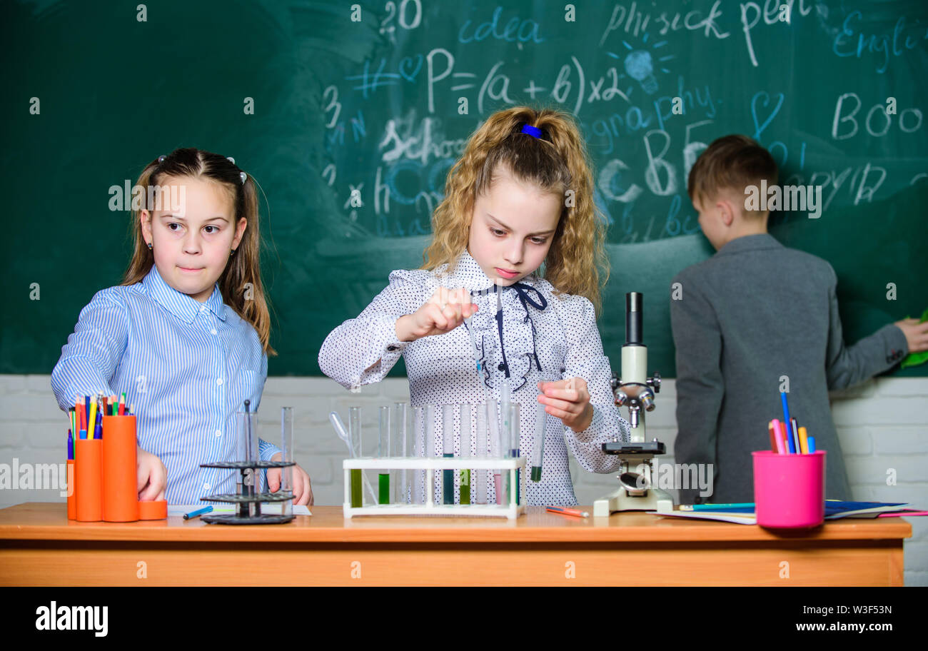 Découverte de molécules biologiques. Avenir de la technologie et de la science concept. Enfants étudier en biologie ou en chimie à l'école. L'éducation scolaire. Filles de l'école de l'étude. Photo Stock