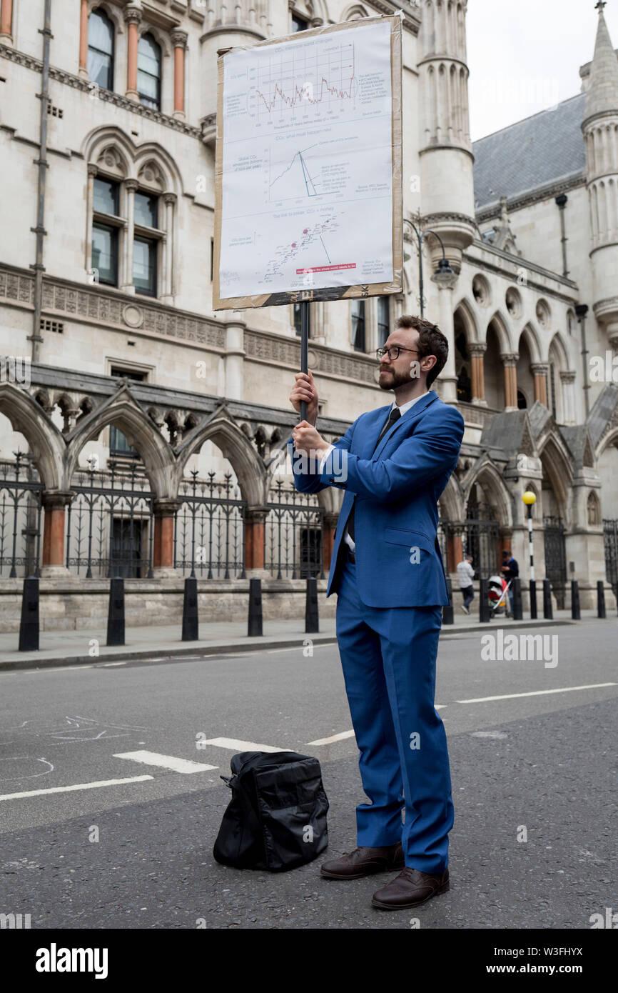 """L'environnement et du changement climatique de la rue Fleet bloc manifestants le premier jour d'une semaine de protestations à l'échelle du pays en utilisant l'aide de cinq bateaux d'arrêter le trafic à Cardiff, Glasgow, Bristol, Leeds, et à Londres, le 15 juillet 2019, à Londres, en Angleterre. Le groupe demande au gouvernement de déclarer une urgence climatique, disant que c'était un début d'été de cinq jours uprising"""" et que """"l'écocide"""" devrait être une infraction pénale en droit. Banque D'Images"""