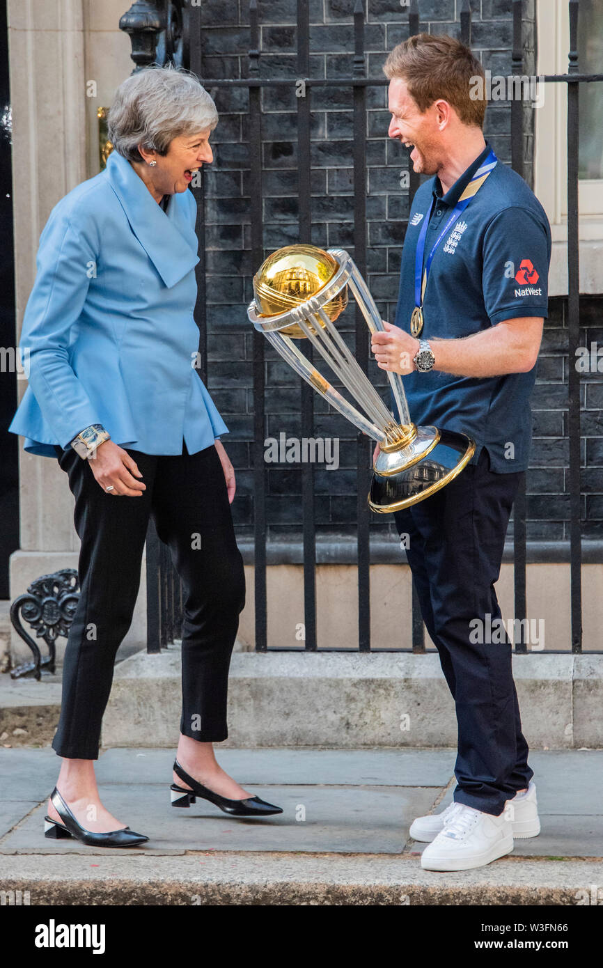 Londres, Royaume-Uni. 15 juillet, 2019. Eoin Morgan, le capitaine de l'Angleterre, présente le trophée de la Coupe du monde comme la visite de l'équipe de cricket victorieux Premier ministre Theresa peut au numéro 10 Downing Street. Crédit: Guy Bell/Alamy Live News Banque D'Images