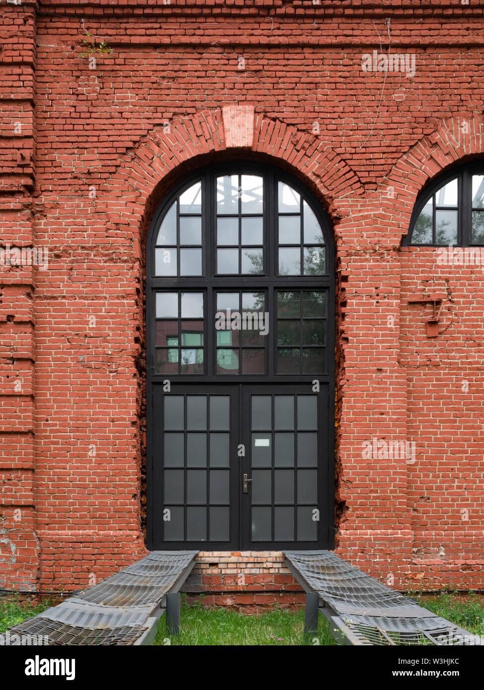 Type De Rideaux Pour Fenetre Cintrees français fenêtre cintrée dans un vieux mur de brique rouge