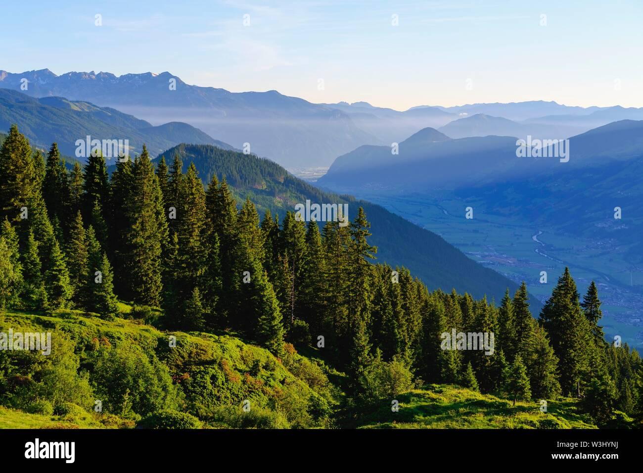 Zillertal avec vue sur la vallée de l'Inn, à partir de la Zillertaler Hohenstrasse près de Kaltenbach, à gauche de Rofan, Tyrol, Autriche Photo Stock