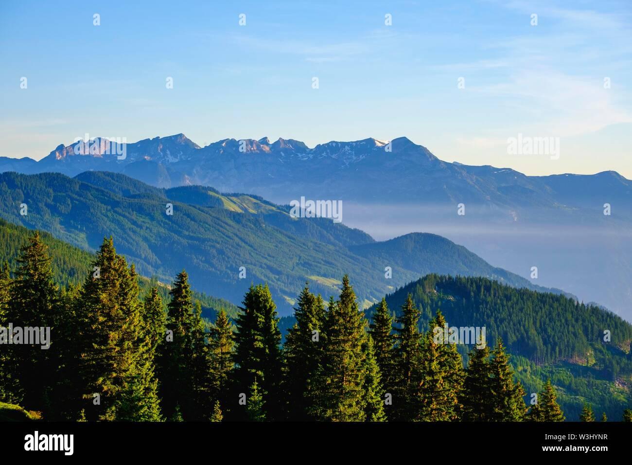 Voir à partir de la Zillertaler Hohenstrasse près de Kaltenbach, Zillertal, derrière Rofan, Tyrol, Autriche Photo Stock