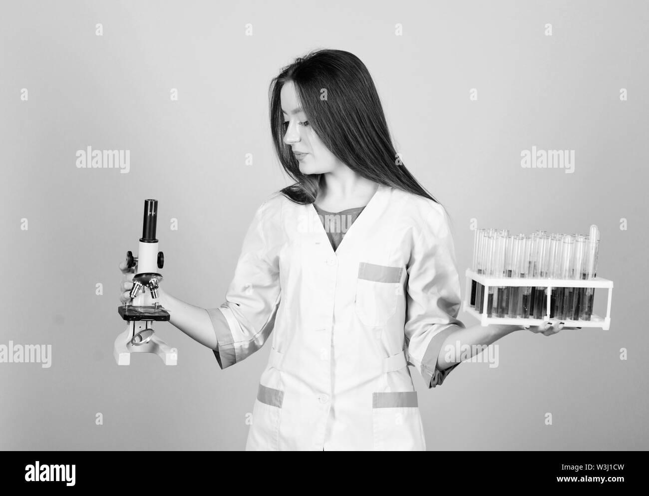 L'étude scientifique de la science. girl scientifique au laboratoire. bon résultat. fille médecin avec tube d'essais microscope, la recherche. L'expérimentation de produits chimiques ou micro Photo Stock