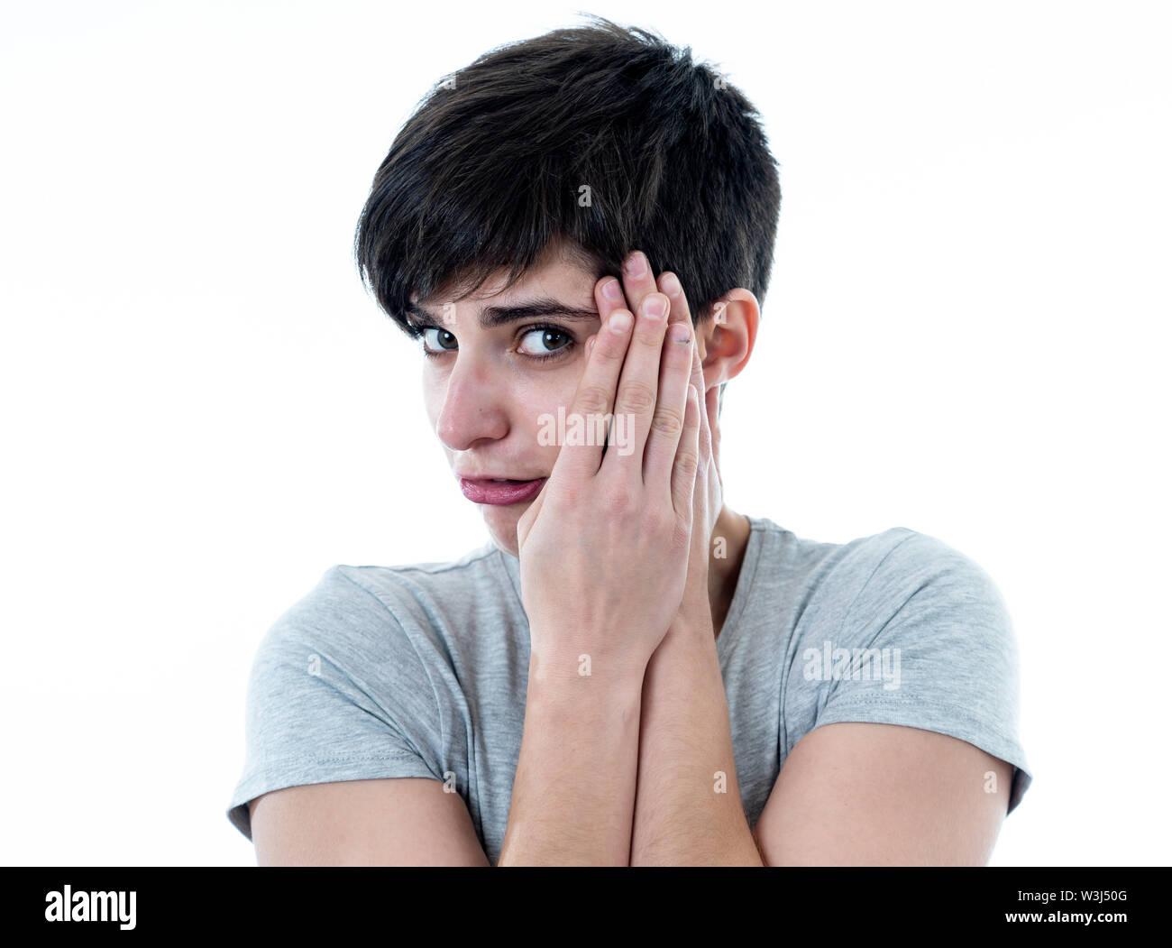 Close up portrait of young woman sentiment effrayé et choqué cachant son visage à partir de quelque chose d'effrayant. À la recherche avec la peur dans ses yeux. Les gens et les droits de l'expr Photo Stock