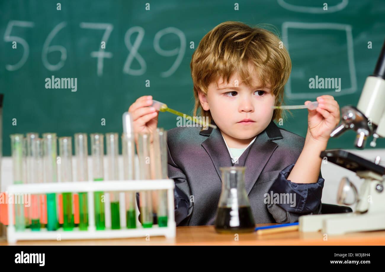 Chercheur de talent. Kid étudier la chimie. Biotechnologies et pharmacie. Élève de Genius. Concept de l'éducation. Wunderkind expérimenter avec la chimie. Tes garçon Photo Stock