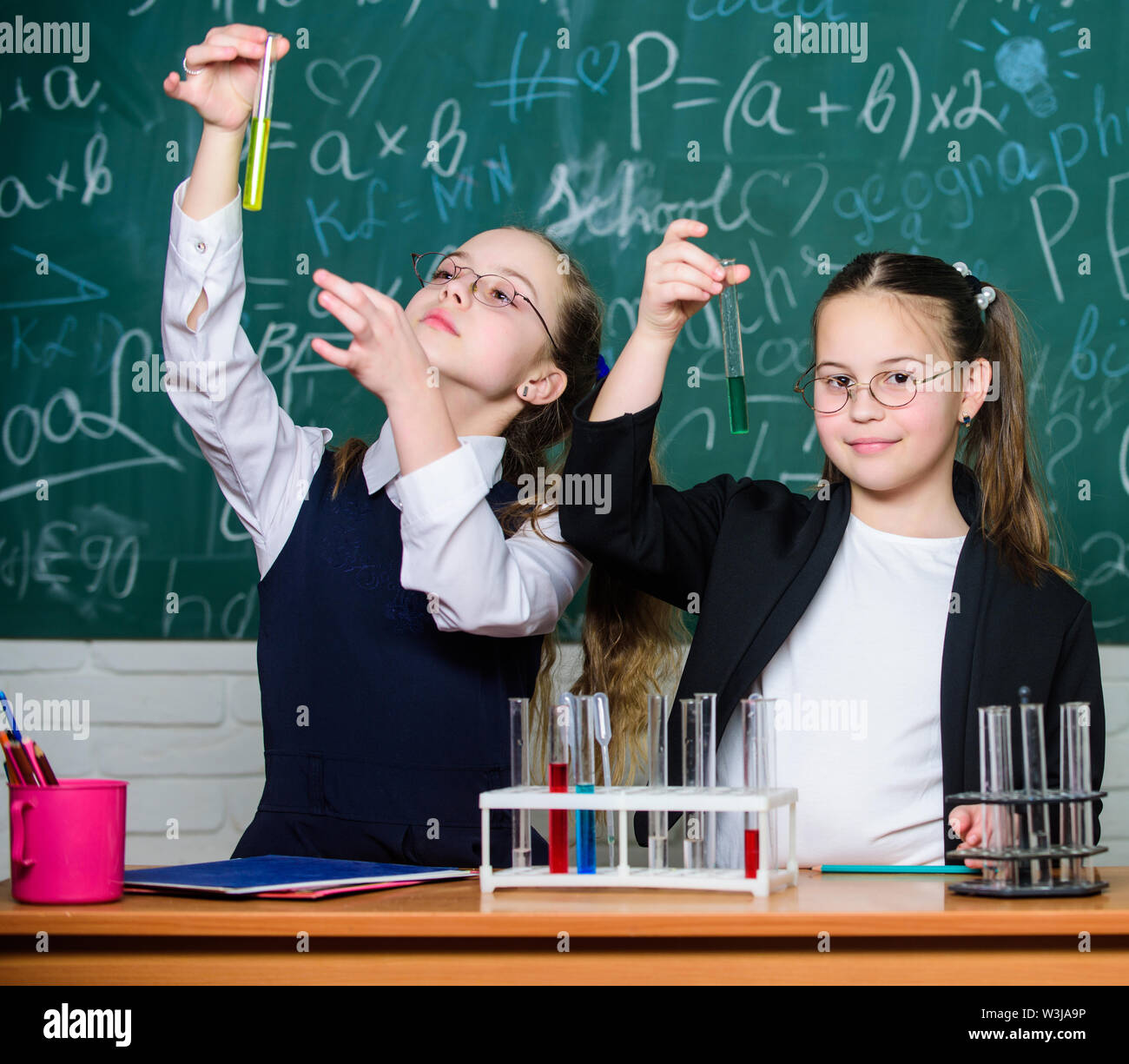 Des enfants heureux. Cours de biologie. les étudiants en expériences en biologie avec microscope en laboratoire. Équipements Biologie Biologie. l'éducation. L'apprentissage des petits enfants Photo Stock