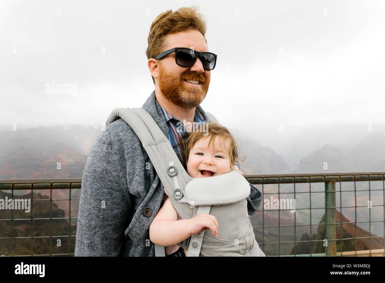 Père avec son bébé en porte-bébé fille Banque D'Images
