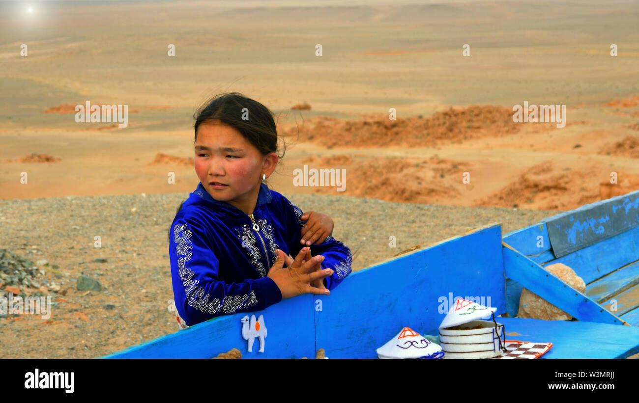 Fille mongole dans Flaming Cliffs, désert de Gobi, Mongolie Photo Stock