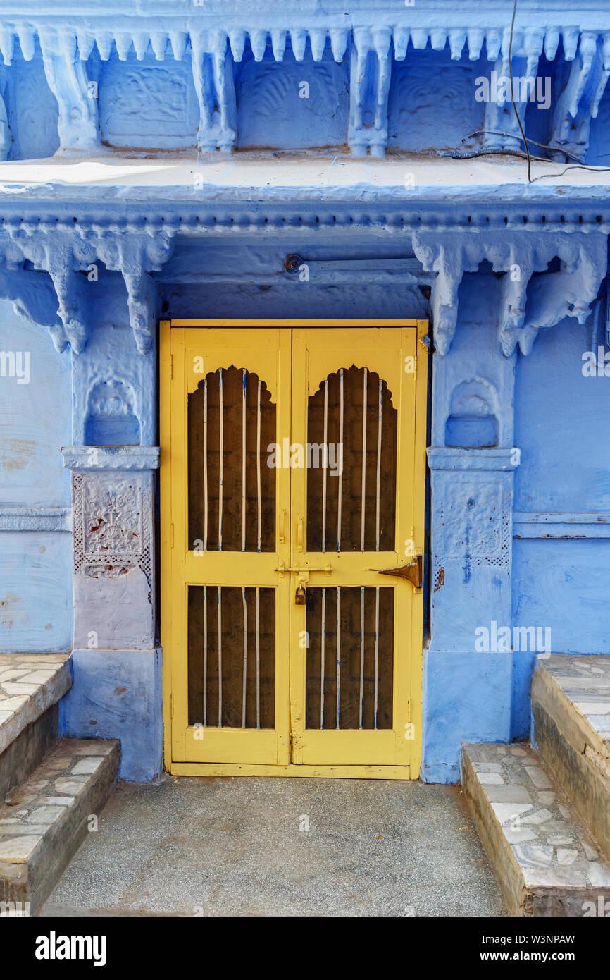 Vieux bois porte sculptée dans la ville bleue de Jodhpur. Le Rajasthan. L'Inde Banque D'Images