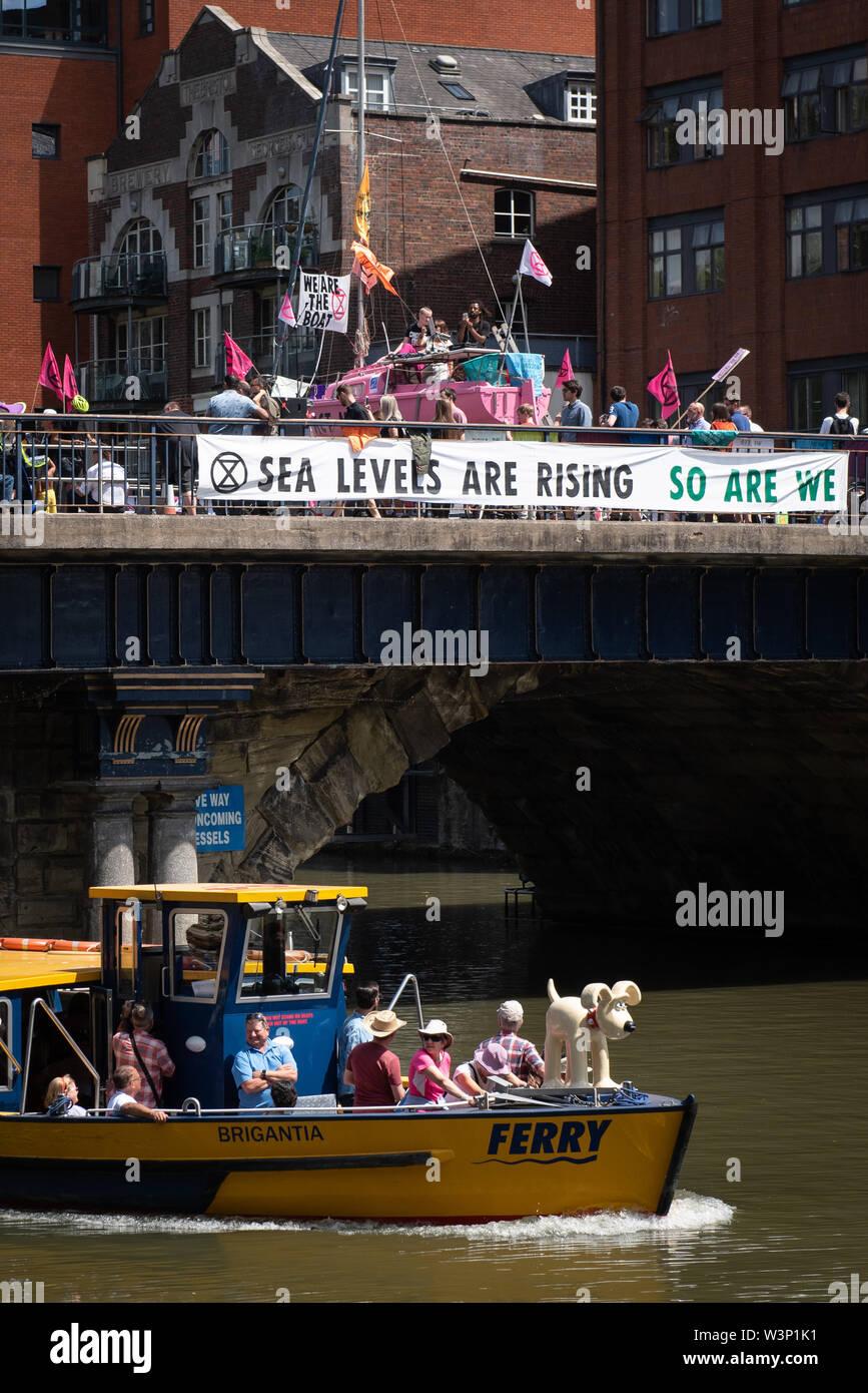 Bristol, Royaume-Uni. 15 juillet 2019. Des centaines de manifestants rébellion Extinction Bristol bloc à l'aide d'un pont à voile rose et dans les rues Banque D'Images