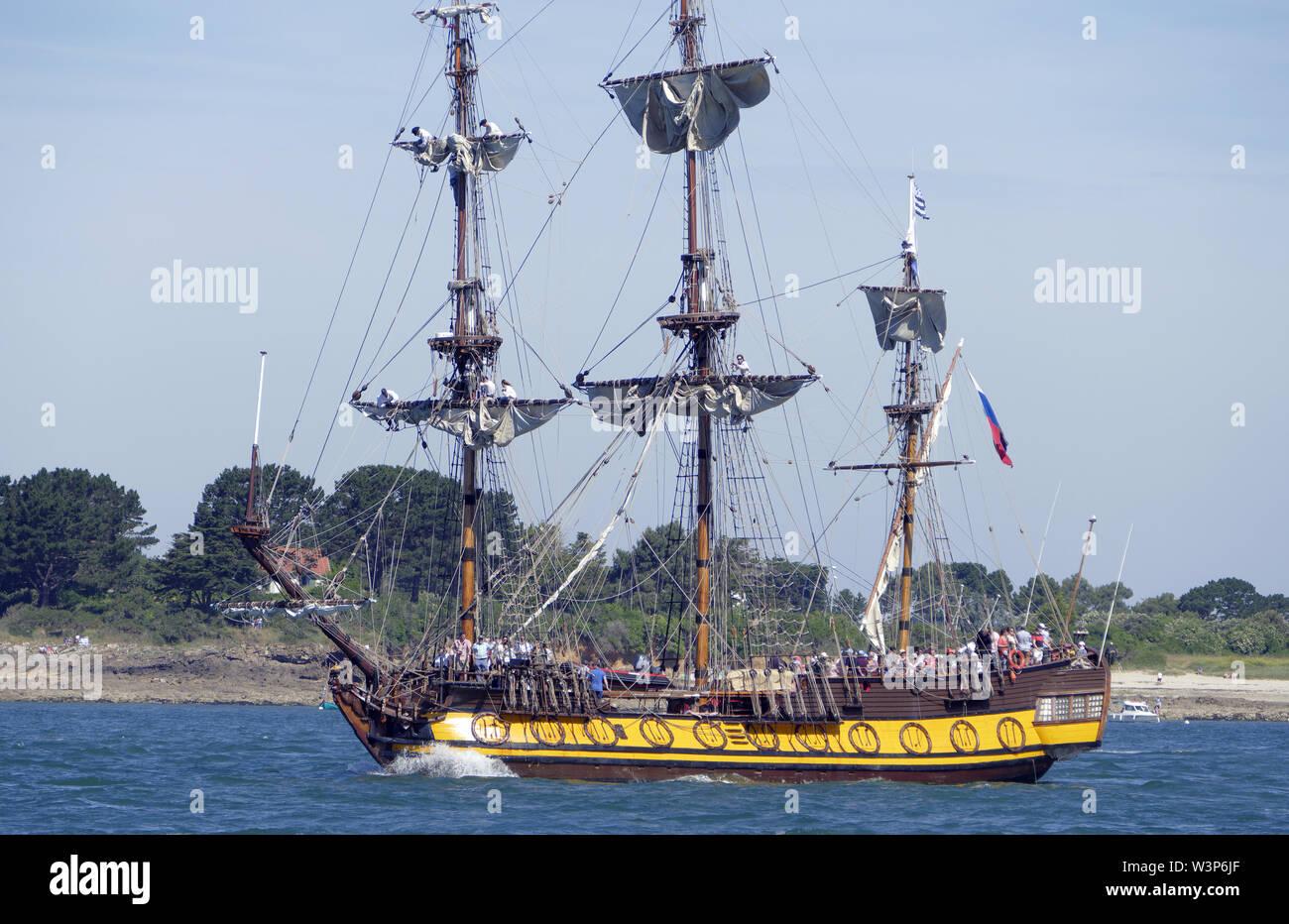 Shtandart réplique d'une frégate russe à partir de 1703, le port d'attache: Saint-Pétersbourg), grande parade, Semaine du golfe du Morbihan (Morbihan, Bretagne, FR). Banque D'Images
