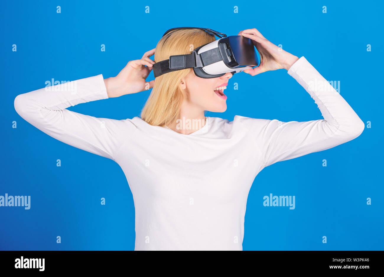 Femme à l'aide de casque de réalité virtuelle. Portrait de jeune femme portant des lunettes VR, faire l'expérience de la réalité virtuelle en 3d à l'aide de casque. La femme avec des lunettes Photo Stock