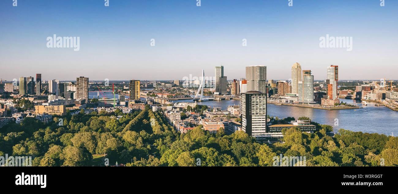 Vue aérienne de la ville de Rotterdam. Panorama de la ville de Rotterdam, Meuse et pont Erasmus, journée ensoleillée. Pays-bas, la bannière Banque D'Images