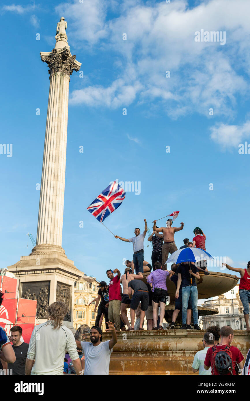 Londres, Royaume-Uni - 14 juillet 2019: des fans extatiques célébrer dans l'fontaines à Trafalgar Square après la victoire de l'Angleterre dans l'ICC Cricket World Cup Banque D'Images