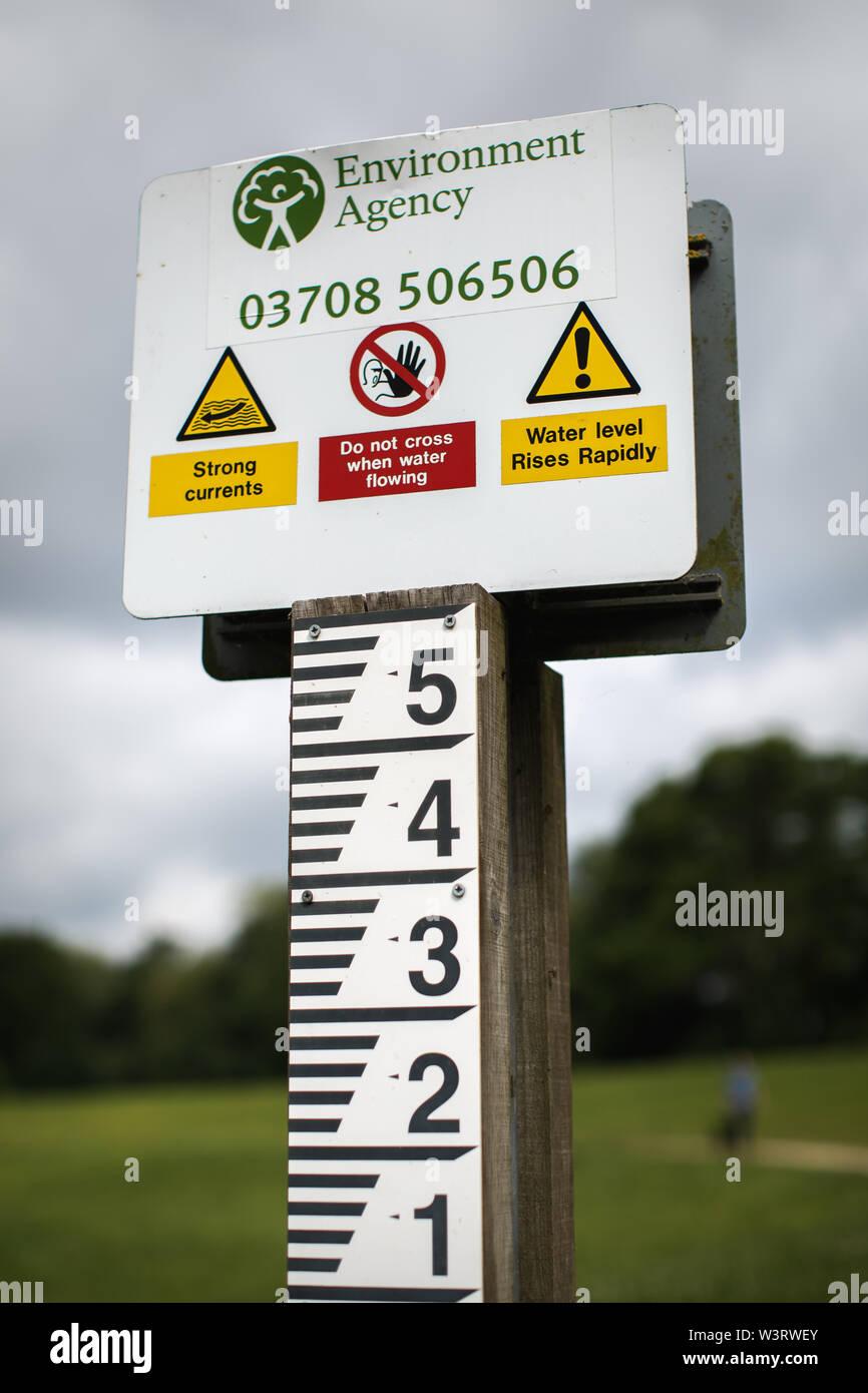 L'eau des crues de l'Agence de l'environnement panneau d'avertissement, Cox's Meadow, Cheltenham Banque D'Images