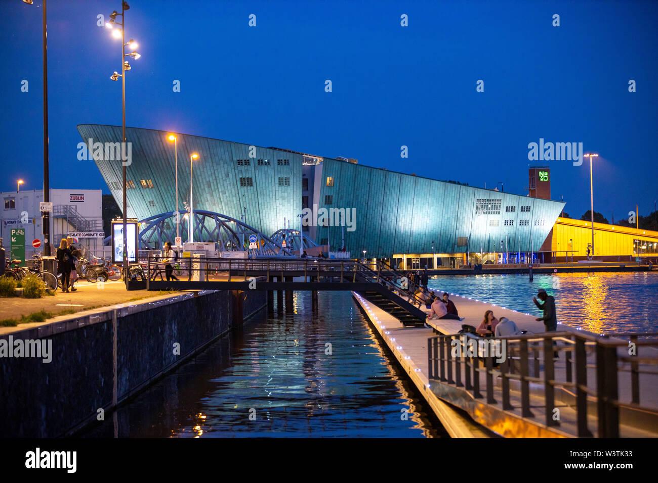 Amsterdam, Pays-Bas, pont vers le Musée des sciences Nemo, district sur le Oossterdokskade, Banque D'Images