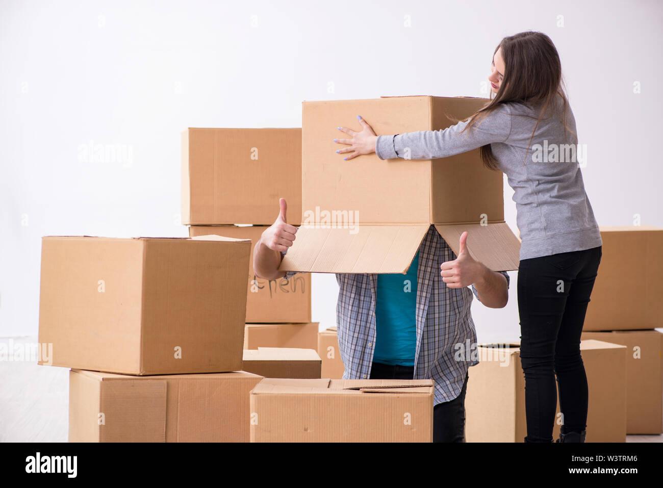 La jeune paire déménagement à new flat Photo Stock