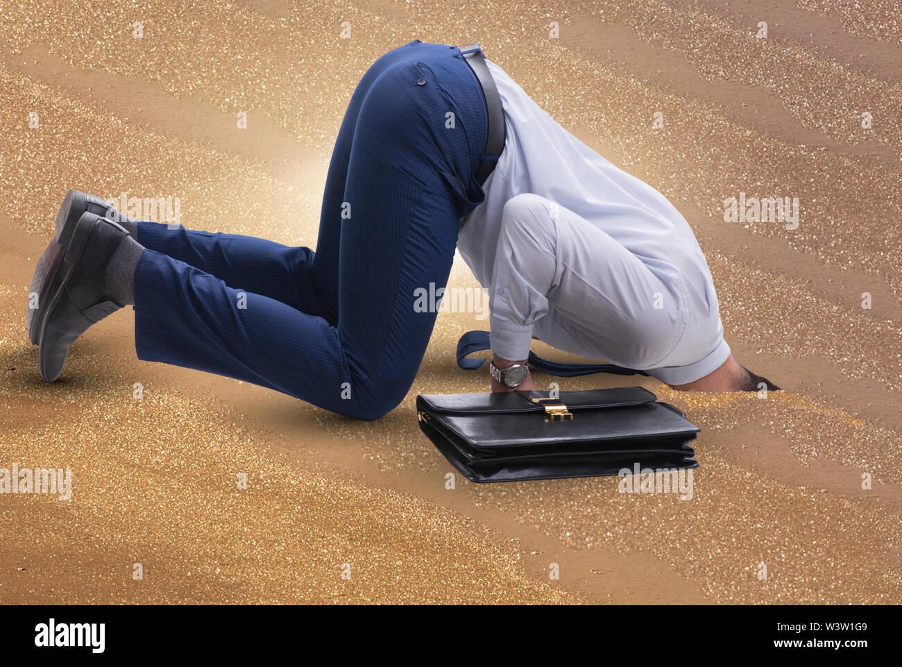 L'homme d'affaires de se cacher la tête dans le sable s'échapper à des problèmes Photo Stock