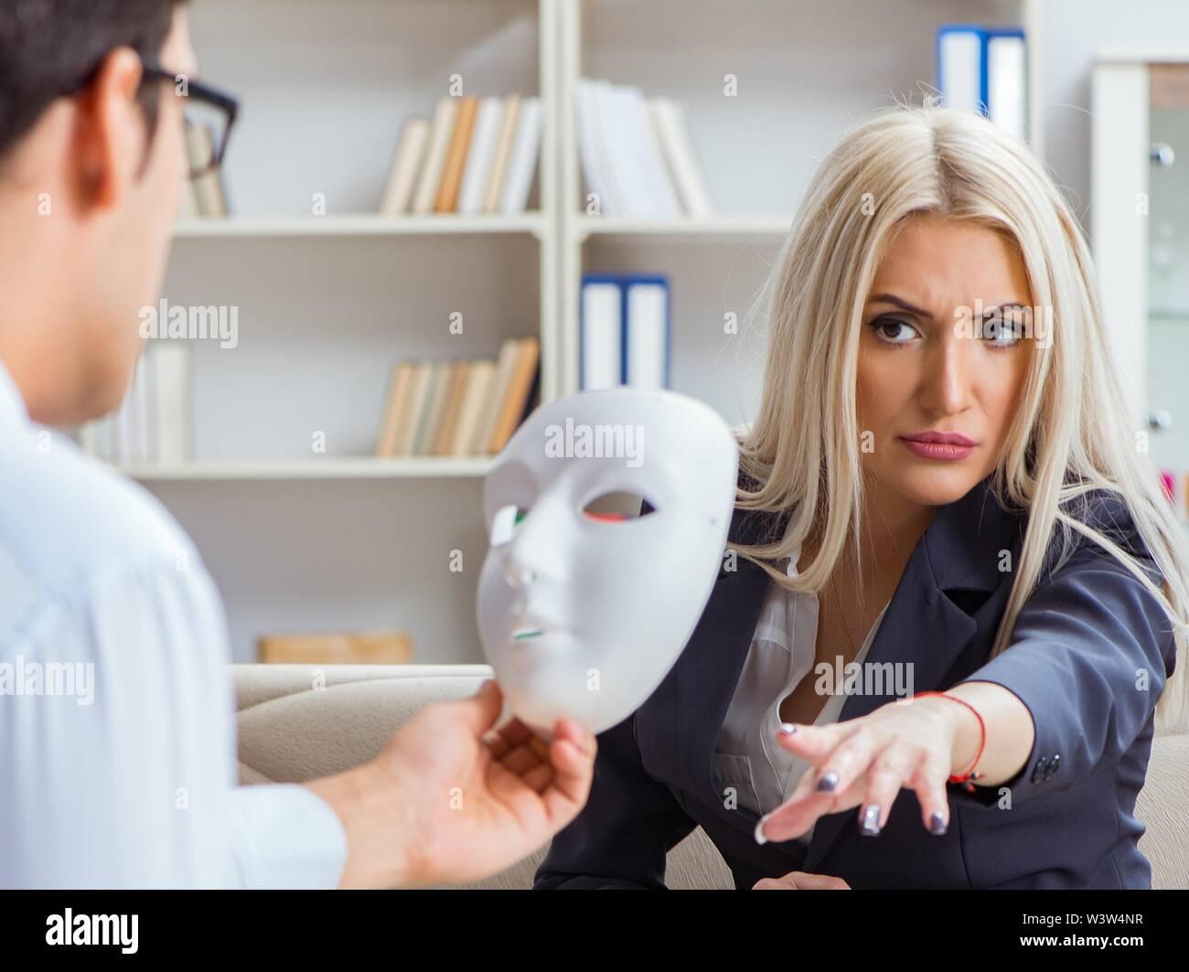 La jeune femme médecin psychiatre en consultation pour homme Photo Stock
