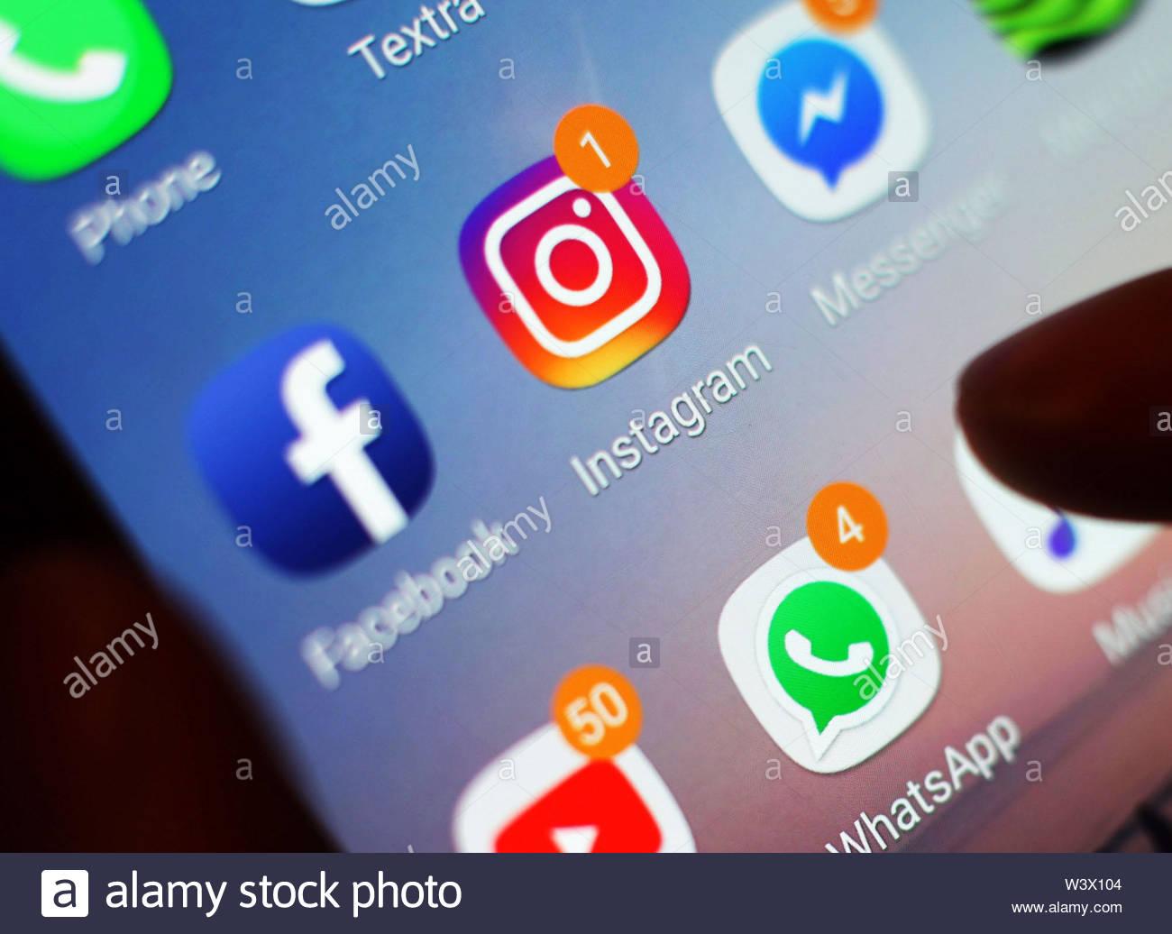 """Fichier non datée de l'icône de photo Instagram affichées sur un écran de téléphone mobile. Instagram a commencé à se cacher et aime video views dans le cadre d'un essai visant à éliminer """"la pression"""" et déplacer l'accent à """"partager les choses' ses utilisateurs apprécient. Photo Stock"""