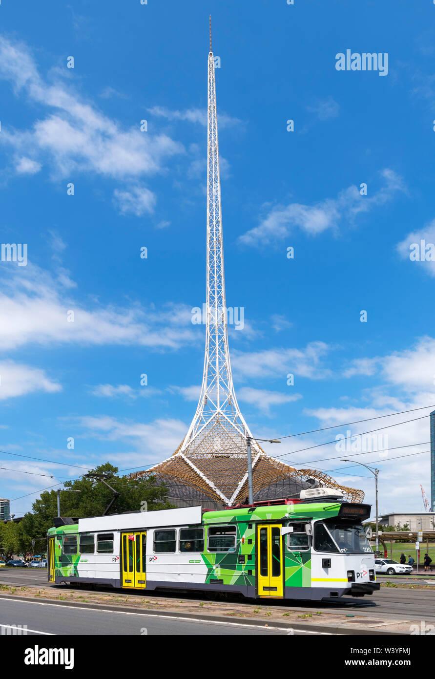Tramway de Melbourne avec la spirre de l'État derrière le théâtre, St Kilda Rd, Melbourne, Victoria, Australie Banque D'Images