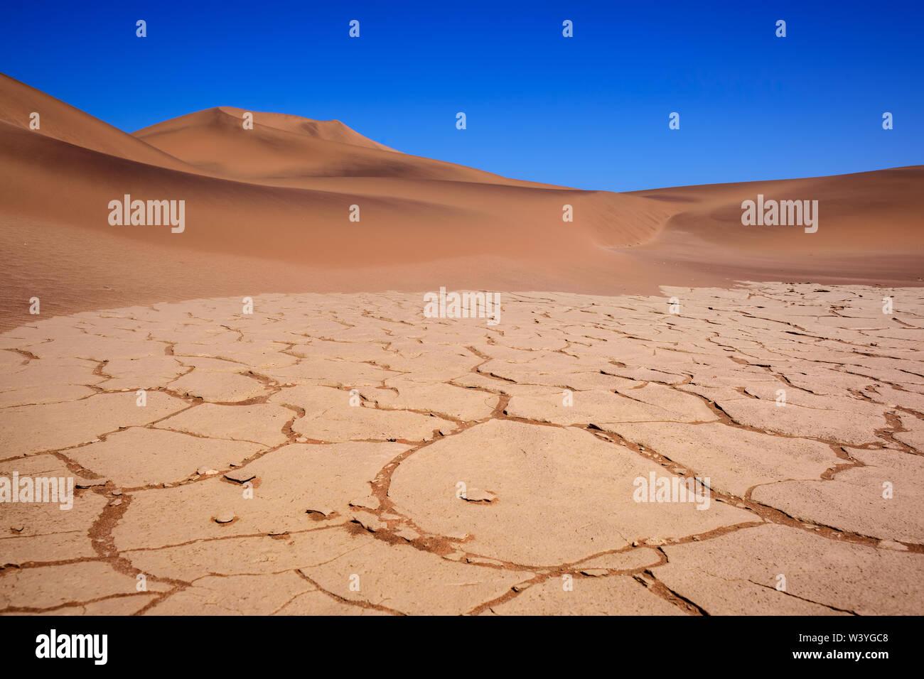 Walvis Bay - partie nord du désert du Namib dunes de sable avec une étonnante, la Namibie, l'Afrique. Banque D'Images
