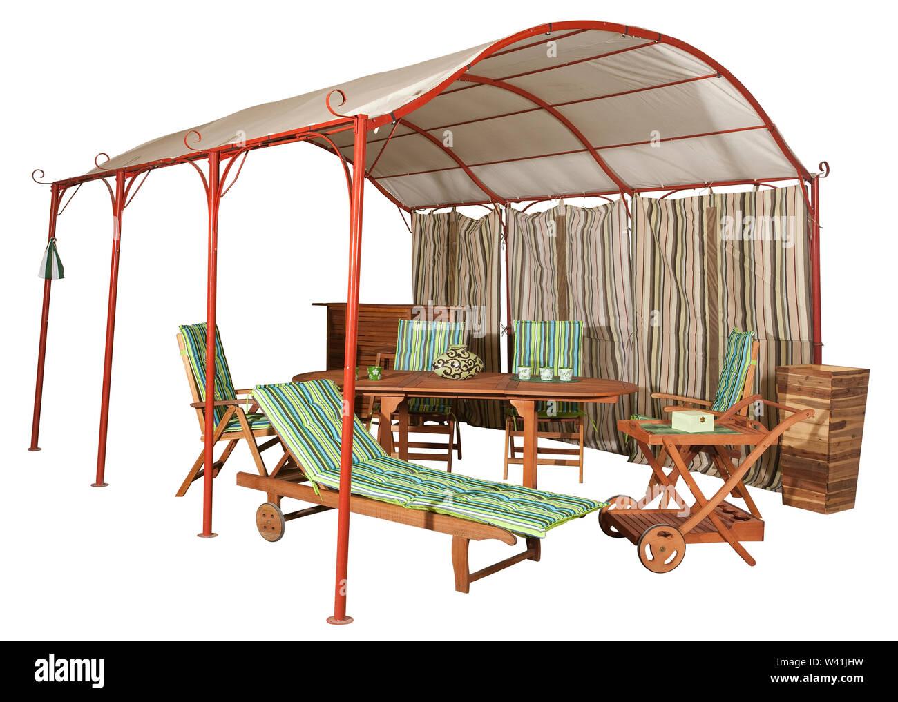 Tente de jardin et meubles de jardin en bois isolé sur blanc Banque ...
