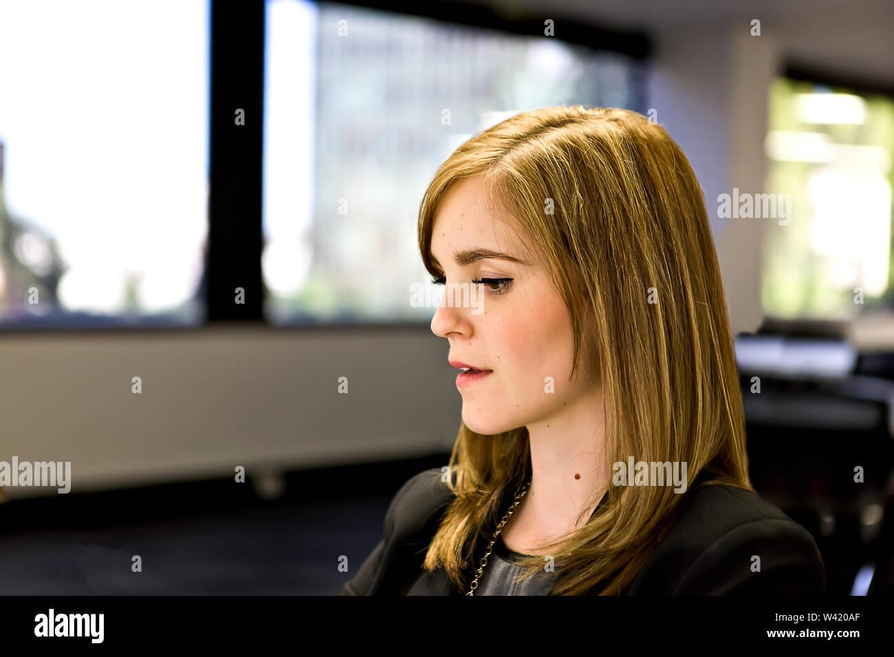 Jeune fille avec un beau visage et des cheveux couleur d'or sur un arrière-plan flou Photo Stock
